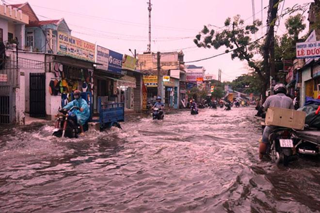 """Tốn trăm tỷ chống ngập, đường vẫn thành sông sau cơn mưa """"chớp mắt"""" - 4"""