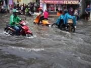 """Tin tức trong ngày - Tốn trăm tỷ chống ngập, đường vẫn thành sông sau cơn mưa """"chớp mắt"""""""