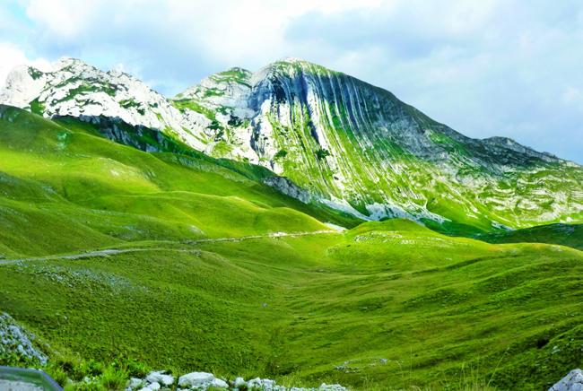 Ở đây có tất cả các khung cảnh mà con người có thể mong muốn được tận mắt chứng kiến. Từ những đỉnh núi phủ tuyết trắng, mặt biển Adriatic xanh ngắt, các hồ trên núi tĩnh lặng đẹp như tranh vẽ, cho đến những thác nước hùng vĩ gầm thét, những dòng sông trong lành ẩn mình trong những khu rừng nguyên sinh cùng & nbsp;hẻm núi sừng sững. (Ảnh: Vườn Quốc gia Durmitor)
