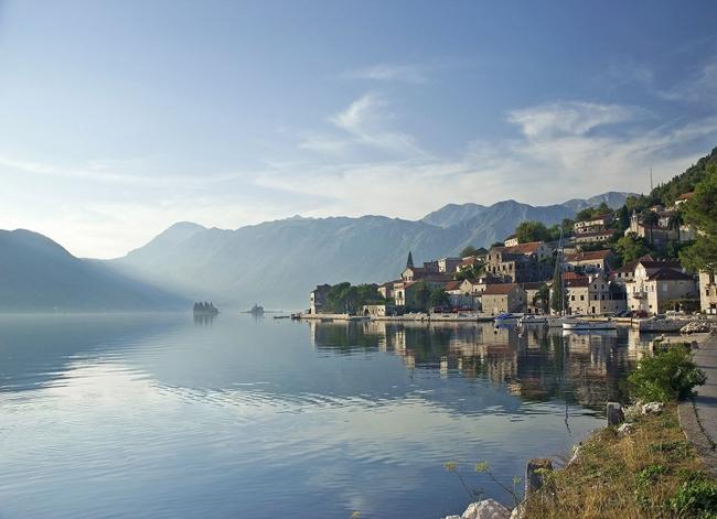 Nếu đã quá mệt mỏi với những bận rộn, ồn ào và hối hả của chốn phồn hoa đô thị, thì quốc gia này là sự lựa chọn hoàn hảo cho kỳ nghỉ của bạn. & nbsp;Sống ở Montenegro thì không vội được đâu, khi bao quanh mình là các thị trấn ven biển nhỏ bé thanh bình và yên ả theo nhịp sống chậm rãi; những con thuyền đánh cá dập dìu trên & nbsp;ngọn sóng trong veo, cùng những chú mèo lười biếng nằm dài trên bến cảng chờ mẻ cá tươi sắp về. (Ảnh: Một cầu cảng yên bình ở thị trấn Perast)