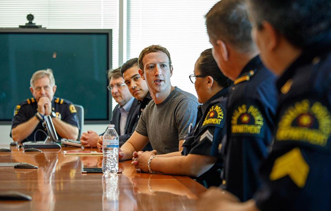 Thậm chí Zuckerberg còn có cuộc gặp với cảnh sát địa phương khi ở Dallas.