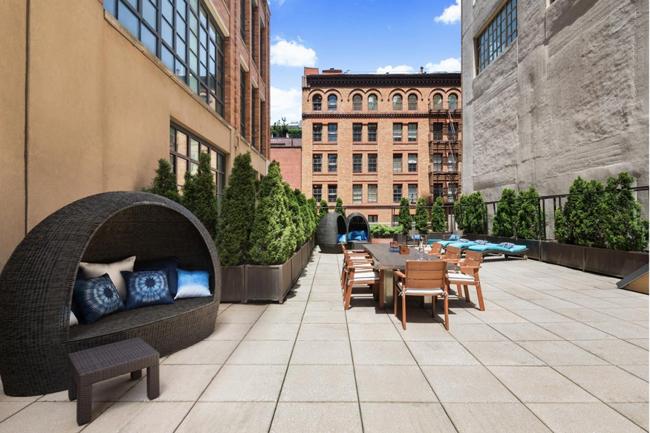 Biệt thự rộng 603 m2 và đã đầy đủ nội thất, tiện nghi. Ngoài ra, nó còn sở hữu 278 m2 không gian mở ngoài trời.