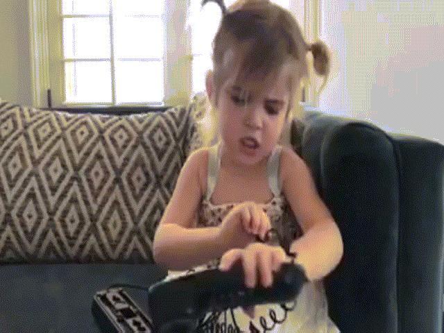 Bé gái giận dỗi cực đáng yêu vì tưởng được bố mua iPhone