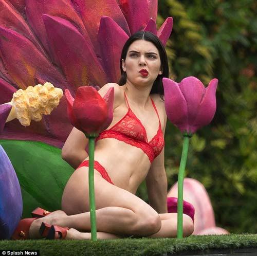Đệ nhất hot girl Hollywood gây sốc với nội y trong suốt - 6