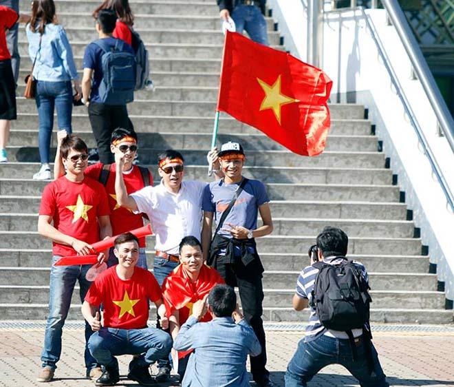 Thiếu nữ Hàn xinh tươi cổ vũ U20 Việt Nam đến phút cuối