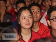 """Bóng đá - """"Rừng"""" fan MU Việt tắm sâm banh mừng cúp Europa League"""