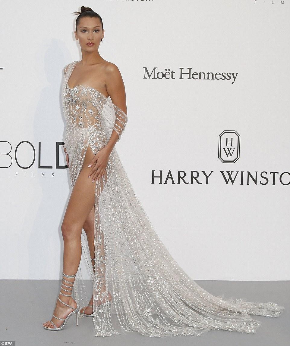 """Kiều nữ """"hot"""" nhất Hollywood mặc váy trong suốt gây sốc - 1"""
