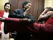 """Chân Tử Đan che chắn cho  """" vợ hiền """"  trước đòn hiểm của võ sư Muay Thái"""