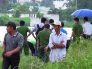 Xác người đàn ông đầu đội nón bảo hiểm ẩn hiện trong đám lục bình