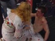 """Thể thao - Võ sĩ MMA """"no đòn"""": Đổ máu vì đối thủ, còn bị... mẹ đánh"""