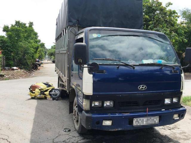 Giải cứu 2 cô gái lọt gầm xe tải sau va chạm vực mạnh