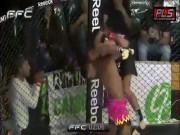 """Thể thao - MMA: Knock-out """"bom tấn"""" 1 giây, võ sĩ đi viện luôn"""