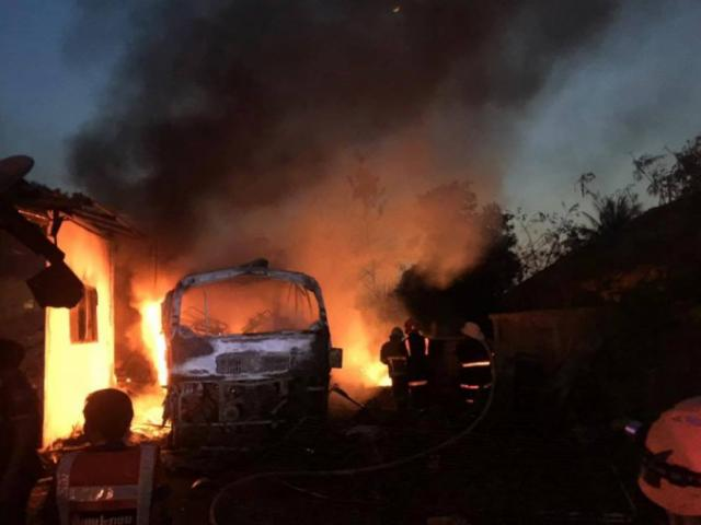Xe khách bốc cháy, 5 người trong gia đình thương vong