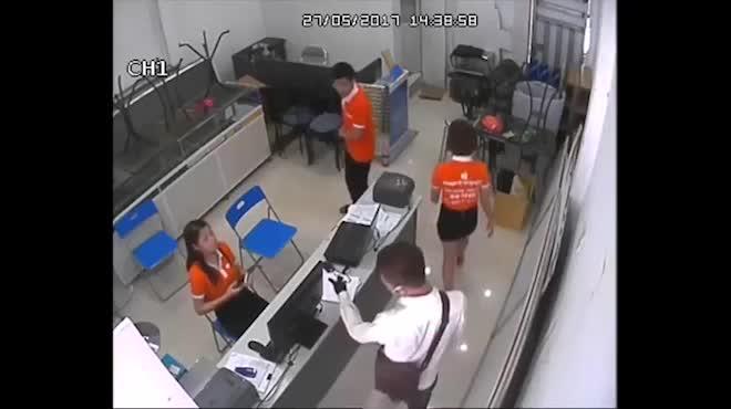 Vụ cướp siêu thị điện thoại: Bị uy hiếp, nữ nhân viên sợ cứng người