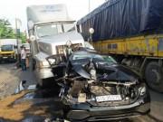 Tin tức trong ngày - Mercedes bị vò nát, ép chặt giữa hai container khi dừng đèn đỏ