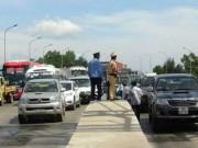 """Tin tức trong ngày - Hàng chục ô tô """"vây"""" trạm thu phí Quán Hàu gây ách tắc giao thông"""