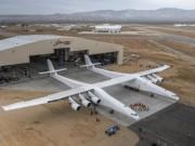 Máy bay lớn nhất thế giới lần đầu tiên lăn bánh