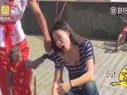TQ: Cô gái trẻ bị khỉ kéo áo, sờ ngực giữa phố