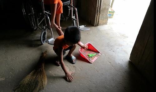 Xót xa cậu bé 4 tuổi làm trụ cột gia đình, chăm mẹ liệt hai chân - 3