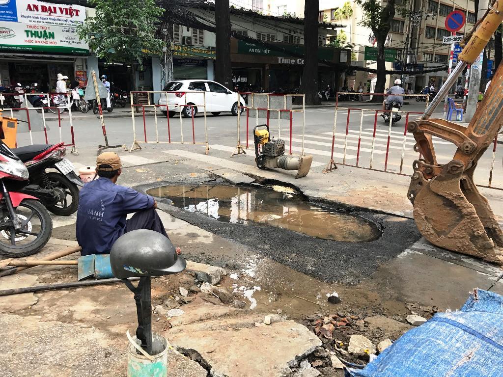 """Mặt đường ở trung tâm Sài Gòn bất ngờ bị sụt lún với diện tích """"khủng"""" - 2"""