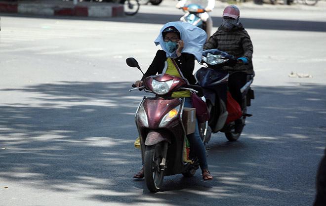 """Người Hà Nội """"cố thủ"""" trong nhà trốn nắng, phố phường vắng hoe"""