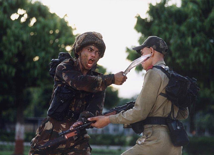 Siêu chiến binh một mình một dao hạ gục 40 tên cướp - 4