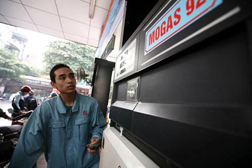 Xăng dầu đồng loạt tăng giá trong đợt nắng nóng kỷ lục - 1