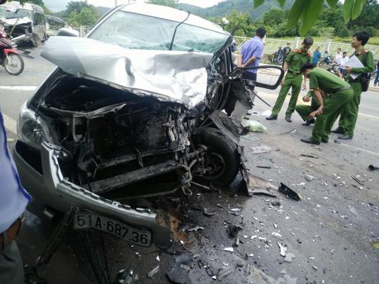 Hai ô tô đối đầu kinh hoàng, hành khách văng ra đường - 3