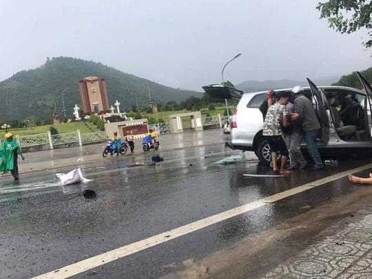 Hai ô tô đối đầu kinh hoàng, hành khách văng ra đường - 5
