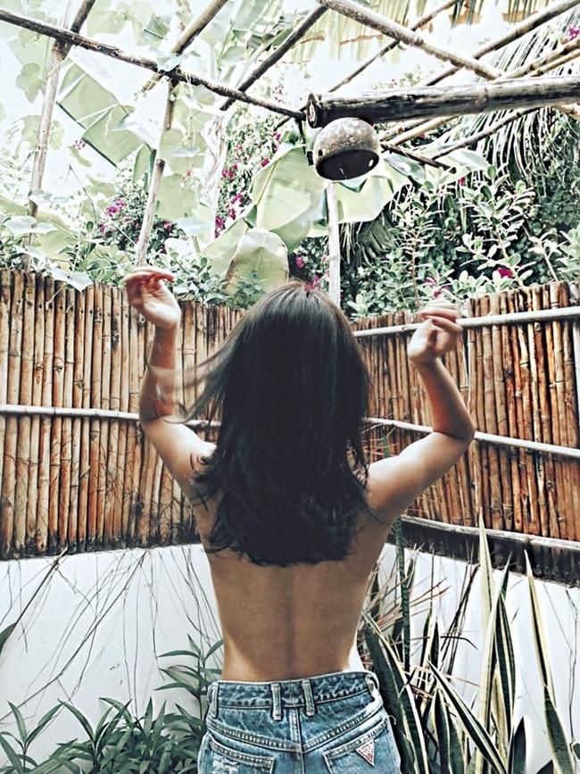 Khả Ngân tự tin khoe ảnh bán nude trong phòng tắm tiên nhỏ xinh giữa thiên nhiên xanh mát. Nhà tắm được thiết kế với mô hình như một khu rừng thu nhỏ khiến hot girl boxing tỏ ra rất phấn khích.