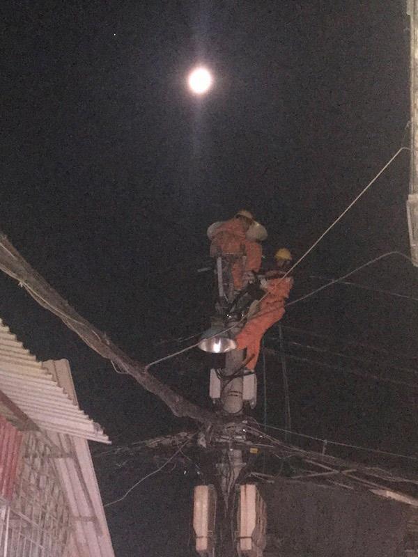 Thợ điện Thủ đô làm 17 tiếng trong ngày nắng nóng - 3