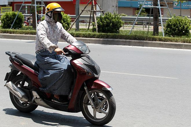 Nắng nóng cực độ khiến đàn ông ra đường cũng phải mặc váy - 3