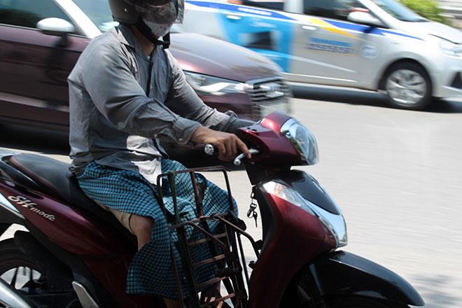 Nắng nóng cực độ khiến đàn ông ra đường cũng phải mặc váy - 4