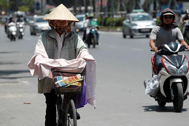 Nắng nóng cực độ khiến đàn ông ra đường cũng phải mặc váy - 6