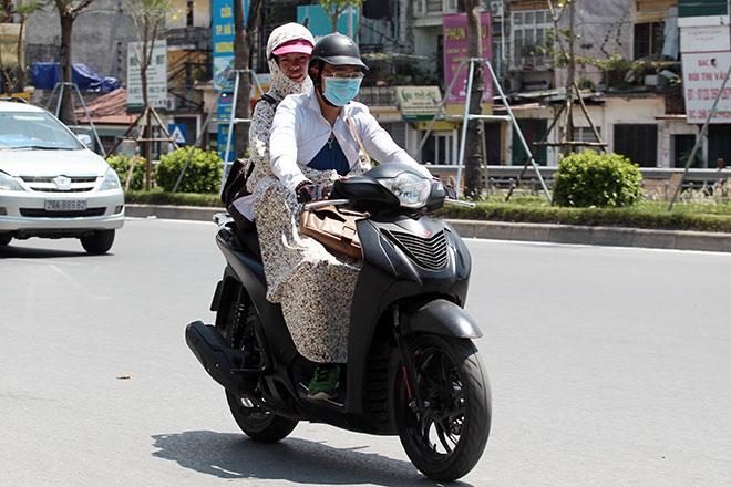 Nắng nóng cực độ khiến đàn ông ra đường cũng phải mặc váy - 2