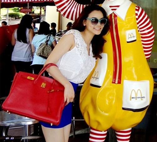 """Bóc giá váy áo hàng hiệu """"nâng tầm đẳng cấp"""" của Trang Nhung - 9"""