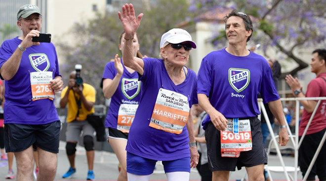 Tin thể thao HOT 5/6: Cụ bà 94 tuổi lập kỷ lục chạy marathon - 1