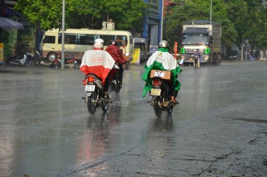 """Cơn """"mưa vàng"""" đã trút xuống Hà Nội sau nắng nóng kỷ lục"""