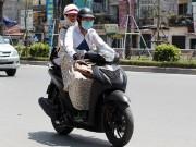 Nắng nóng cực độ khiến đàn ông ra đường cũng phải mặc váy