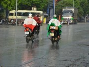 """Cơn  """" mưa vàng """"  đã trút xuống Hà Nội sau nắng nóng kỷ lục"""