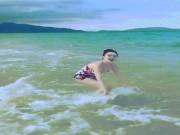 """Bảo Thy mặc bikini nhảy nhót giỡn sóng khiến anh em muốn  """" phi ra biển """""""