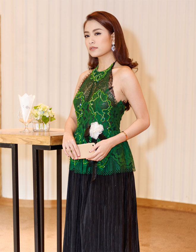 Hoàng Thuỳ Linh buông lơi vai trần, mướt mọng đọ sắc Bích Phương - 2