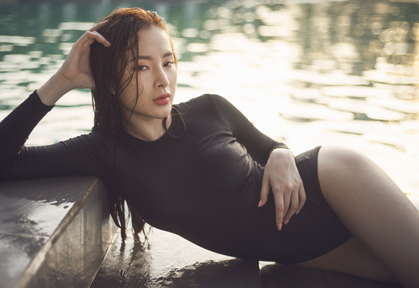 """Cả hồ bơi """"đứng hình"""" vì Angela Phương Trinh diện áo tắm mỏng manh - 5"""