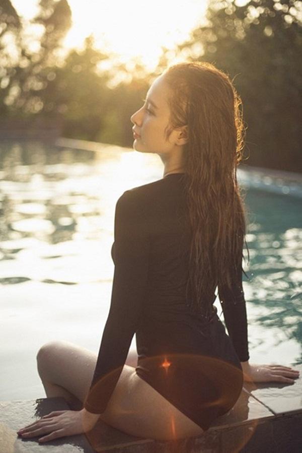 """Cả hồ bơi """"đứng hình"""" vì Angela Phương Trinh diện áo tắm mỏng manh - 11"""