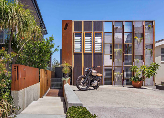 Nó được thiết kế dựa trên tiêu chí biến ngôi nhà thành một nơi vui chơi để đảm bảo riêng tư nhưng vẫn phải chan hòa ánh sáng và đặc biệt là luôn mát mẻ.