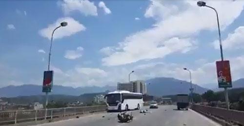 Clip: Phóng xe như bay, đôi nam nữ tông trực diện ô tô khách - 1