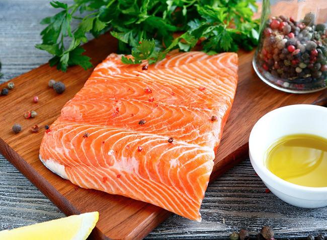 1. Cá hồi giàu vitamin B12, axit béo Omega-3 giúp kích thích việc tạo ra oxit nitric hỗ trợ chức năng cương cứng. Cá hồi cũng chứa nhiều vitamin B6, rất hiệu quả cho việc cải thiện chức năng cương dương ở nam giới.