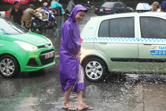 """Ảnh: Người Hà Nội sung sướng đi dưới """"mưa vàng"""" - 4"""