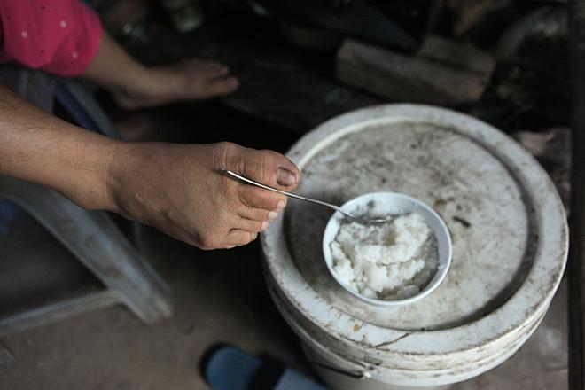 Cảm động mẹ cụt tay, khèo chân chăm con nhỏ ở Hà Nội - 11