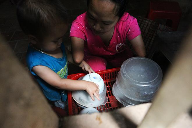 Cảm động mẹ cụt tay, khèo chân chăm con nhỏ ở Hà Nội - 9